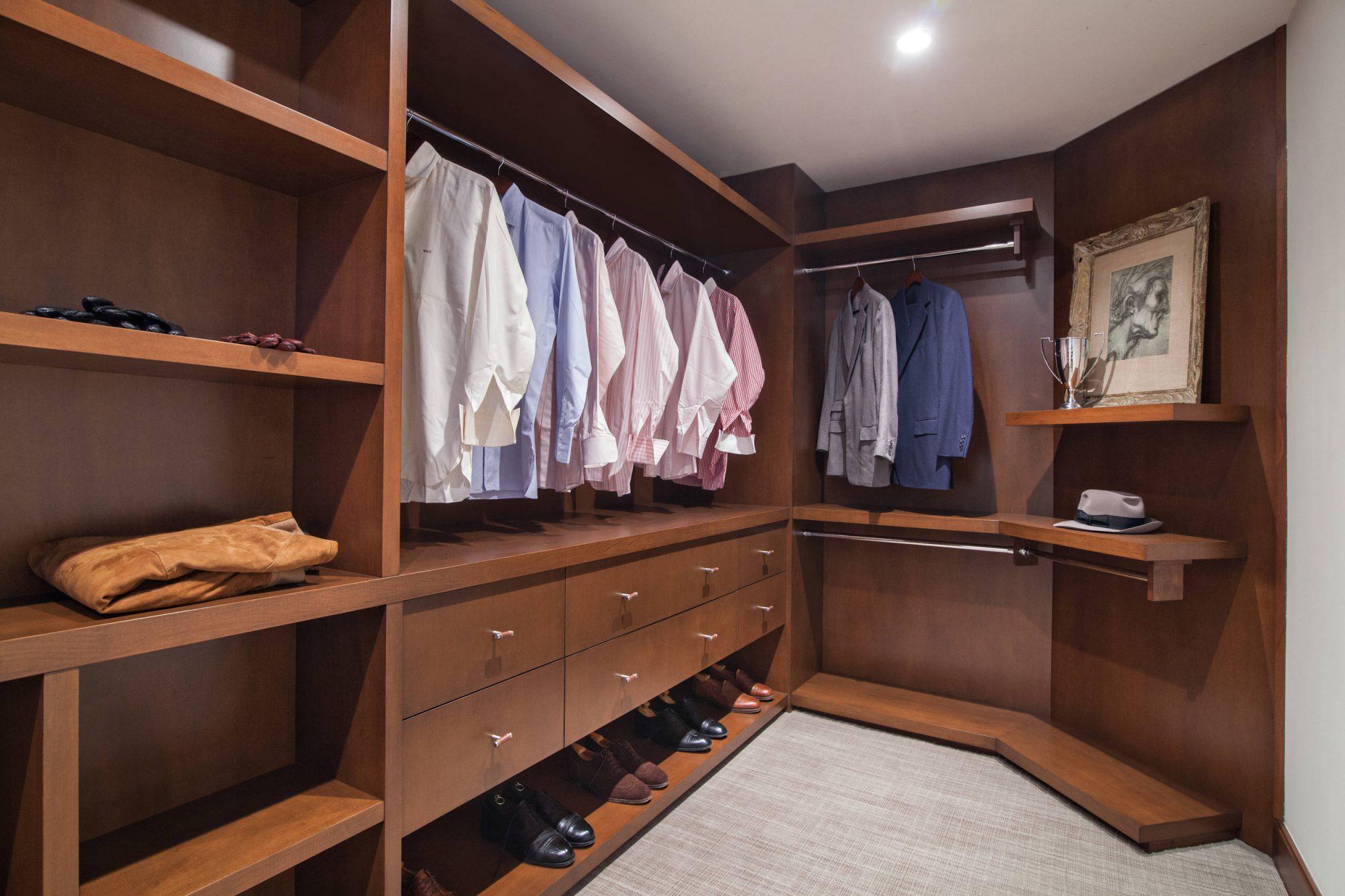 clear-closet-design-walk-in