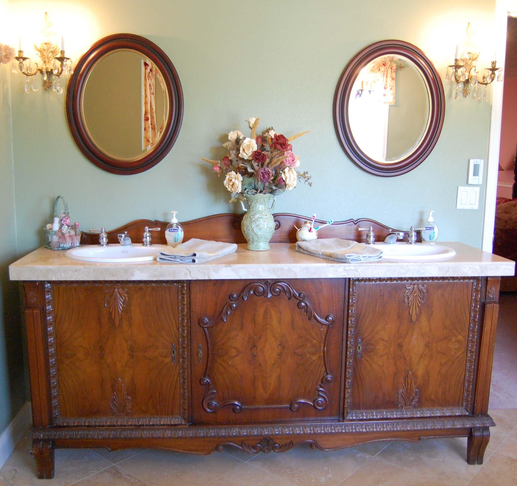 vanity-antique-traditional-style-bathroom