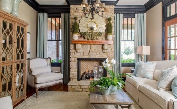 living-room-with-amazing-black-crown-molding