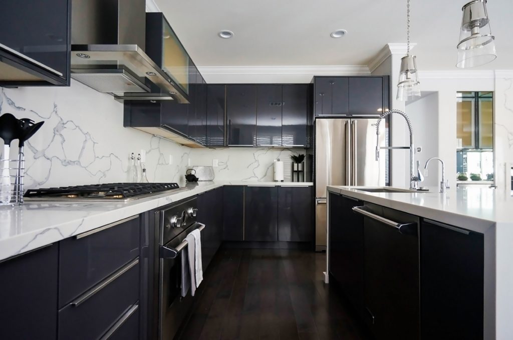 charcoal-gloss-cabinets-with-island-sink